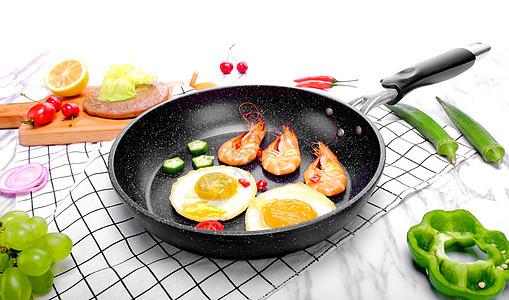 平底锅里的煎蛋和虾图片