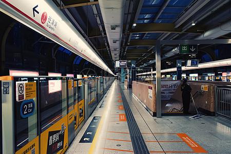 地铁站站台等车城市轻轨站台指示牌图片