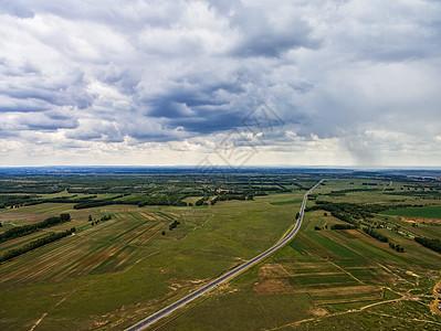 航拍多云天气下的草原天路图片