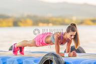 健身运动中的女孩图片