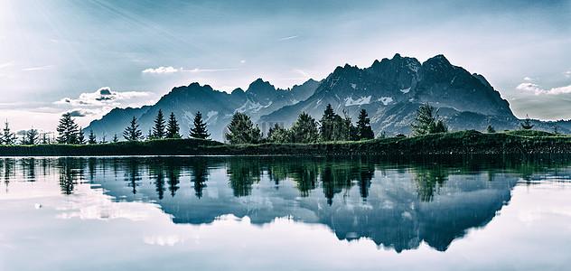 山水湖泊的倒影图片