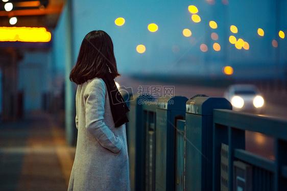 看夜景的女孩图片