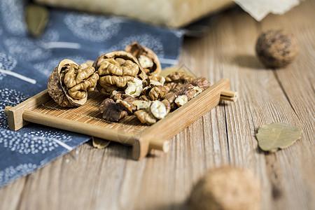 美味养生健康山核桃古风木质背景图片