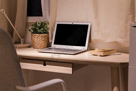 美好生活书桌上的笔记本电脑图片