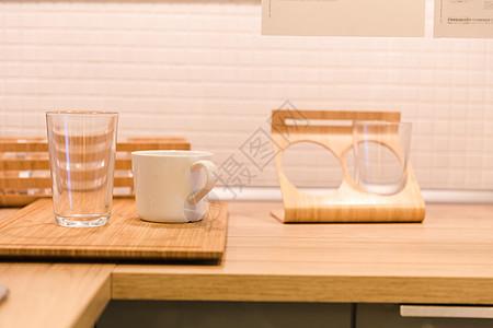 家居生活厨房桌子上的水杯图片