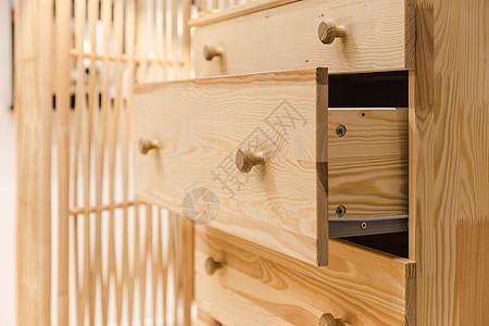 家居生活木柜拉开的抽屉图片