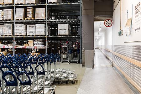 排列手推车货柜家具仓库图片
