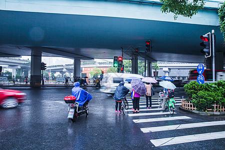 雨天街头行人过马路图片