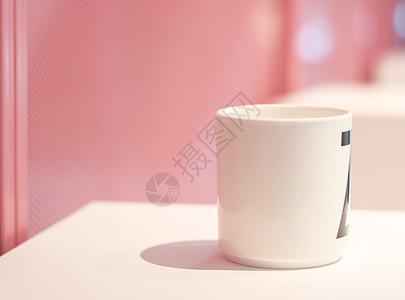 粉色背景下的杯子图片