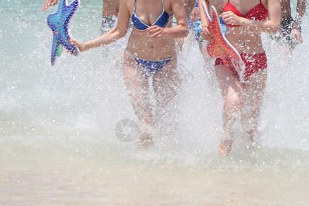 夏日性感的比基尼戏水少女图片