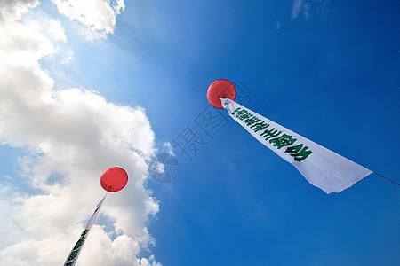 汽车公园上的广告气球图片