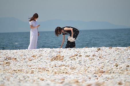 夏天海边的两个游客图片