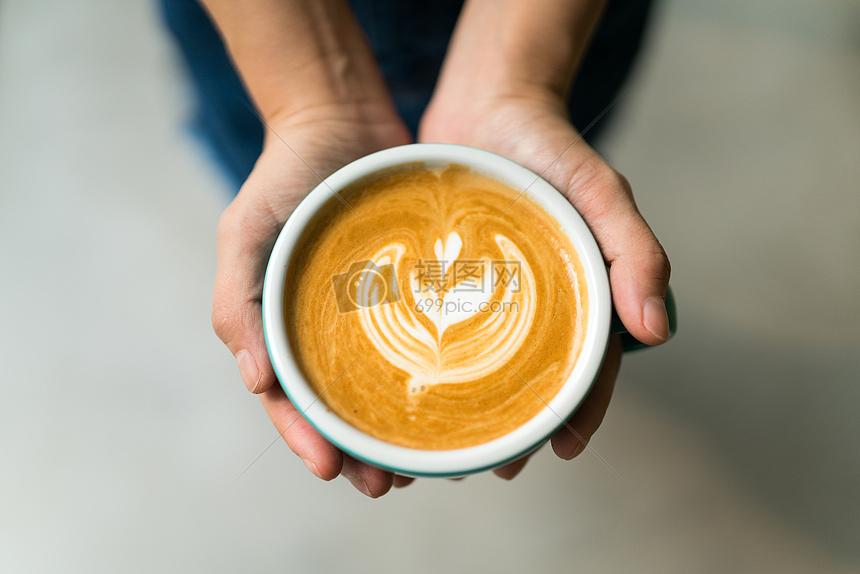拉花咖啡平铺拍摄图片
