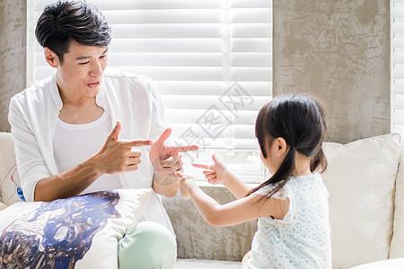 美好生活爸爸陪着女儿玩耍图片