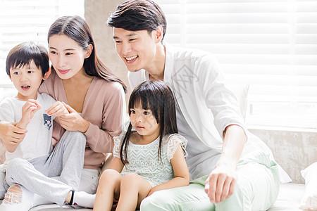 美好生活父母陪着儿女看前方图片