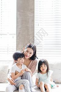 美好生活妈妈陪孩子们坐沙发图片