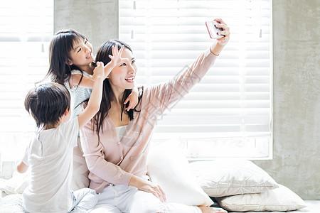 美好生活妈妈和孩子在自拍图片