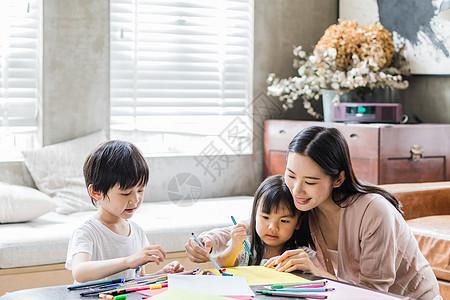 美好生活妈妈陪着孩子画画图片