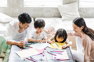 美好生活父母陪着孩子在画画图片
