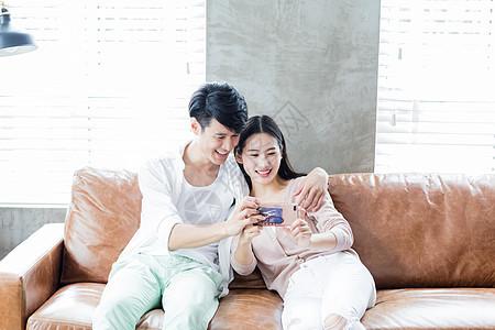 美好生活年轻夫妻看手机拍照图片