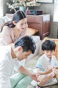 美好生活父母陪儿子搭积木图片