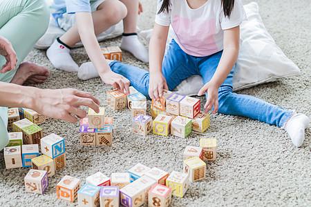 美好生活爸爸陪孩子们搭积木图片