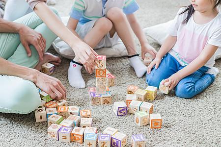 美好生活父母陪孩子搭积木图片