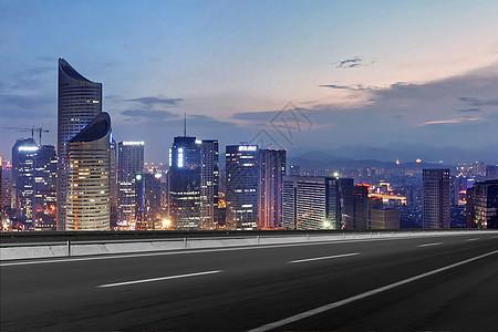 公路旁边的城市夜景图片