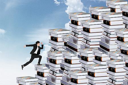 白领跑向高耸的书堆图片