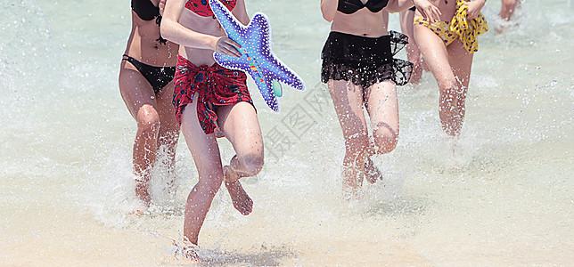 夏日戏水的比基尼少女图片