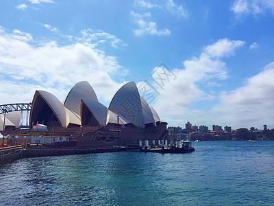 蓝天白云下的悉尼歌剧院图片