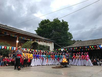 云南摩梭族篝火表演图片