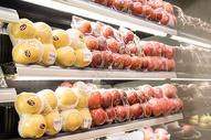 冰箱陈列新鲜的水果图片