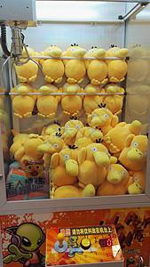 夹娃娃机里的可达鸭图片