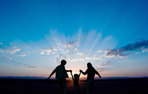 一家人奔向光明图片