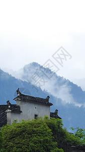 云雾下的高山和徽派建筑图片