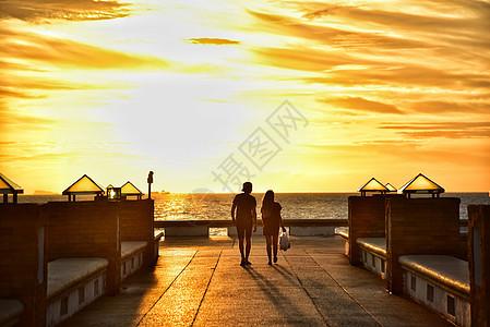 泰国苏梅岛码头黄昏夕阳日落海边的情侣图片