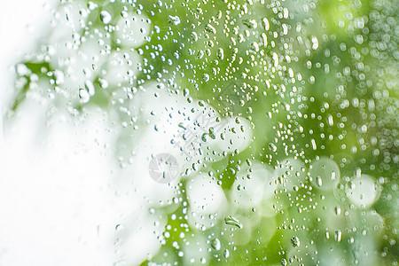 夏日雨后沾满水滴的玻璃图片