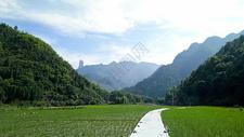 蓝天白云下的远山田野和乡间小路图片