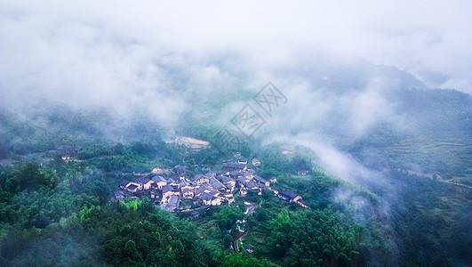 云雾笼罩中的小村古村图片