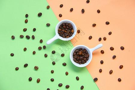 散落的咖啡豆撞色背景素材图片
