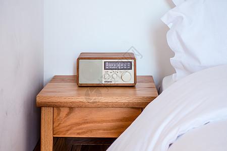 民宿床头的收录机图片