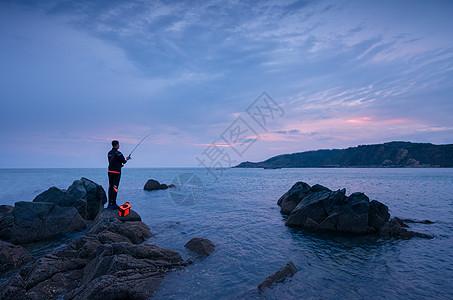 海边钓鱼人图片
