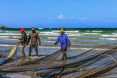 海滩上的渔民图片