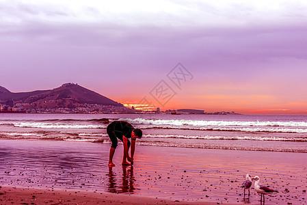海滩晚霞漫步休闲时光图片