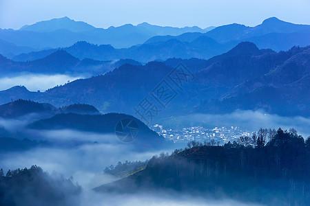 黎明时分的小山村图片
