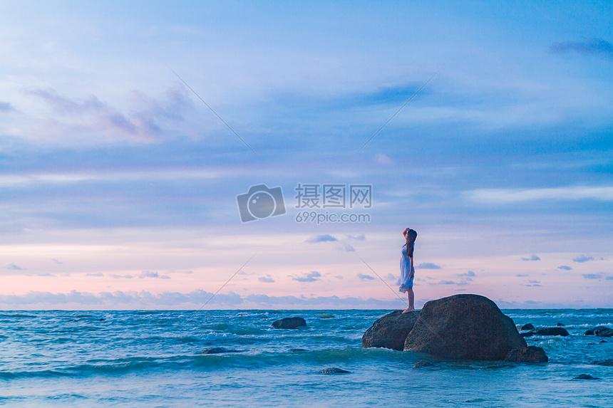 海边礁石上的少女图片