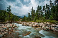 祁连山下的溪流图片