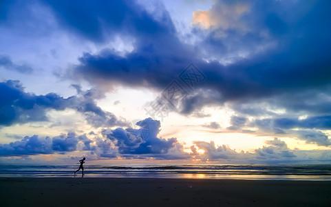 海边奔跑的人图片