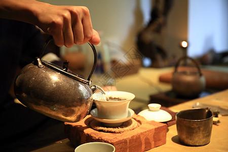 茶室倒茶图片